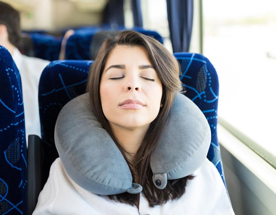 Beneficis del coixí cervical en viatges llargs